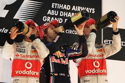 подиум Гран-при Абу-Даби 2010 пилоты пьют шампанское