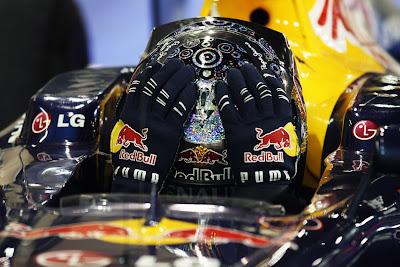 Себастьян Феттель после финиша Гран-при Абу-Даби 2010 держится за шлем