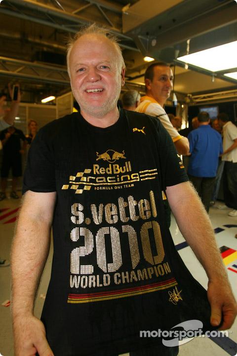 Норберт Феттель в футболке Себастьяна Феттеля на Гран-при Абу-Даби 2010