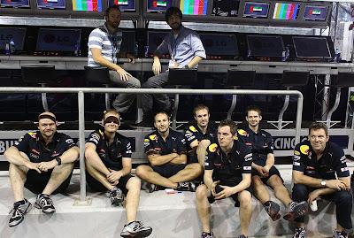 Linkin Park Дэвид Фаррелл и Майк Шинода и механики Red Bull на Гран-при Абу-Даби 2010