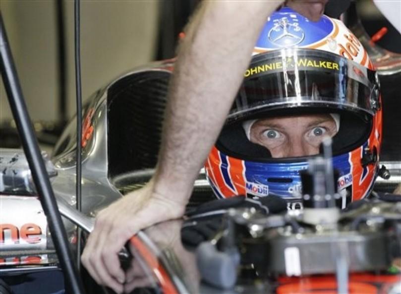Дженсон Баттон с широко открытыми глазами в болиде McLaren на Гран-при Италии 2010