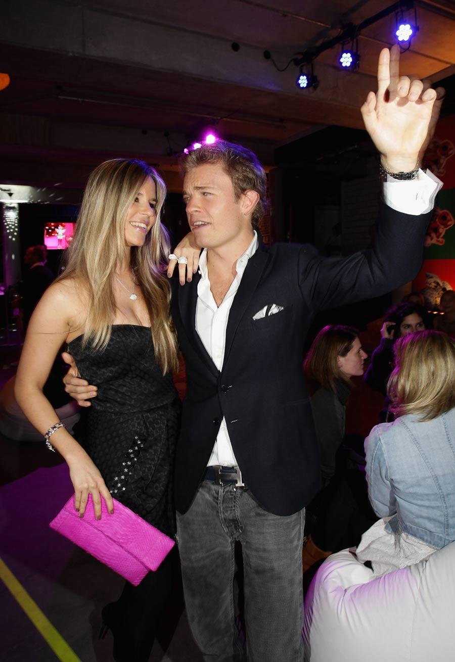 Нико Росберг и Вивиан Сиболд танцуют на вечеринке