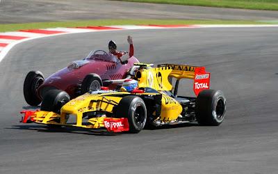 фотошоп Виталий Петров не пускает Фернандо Алонсо на Гран-при Абу-Даби 2010