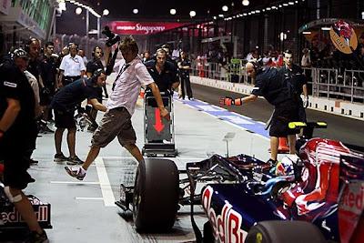 фотограф спасается от болида Toro Rosso на Гран-при Сингапура 2010