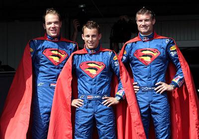 гонщики команды Red Bull на Гран-при Монако 2006 в костюмах супермена