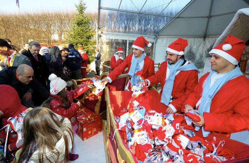 гонщики Scuderia Ferrari дарят детям подрки на рождество
