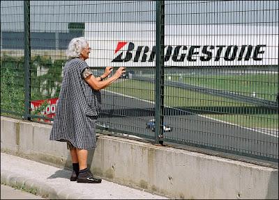old lady болельщика Формулы-1