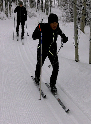 Льюис Хэмилтон катается на лыжах
