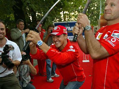 Михаэль Шумахер и Рубенс Баррикелло с мечами