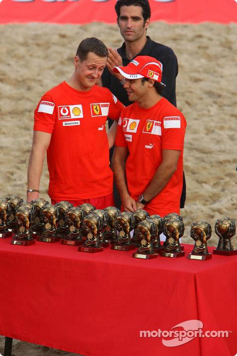 Михаэль Шумахер и Фелипе Масса около трофеев на Гран-при Испании 2006
