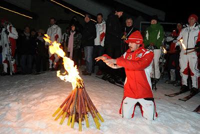 Фернандо Алонсо показывает магию перед костром на Wrooom 2011