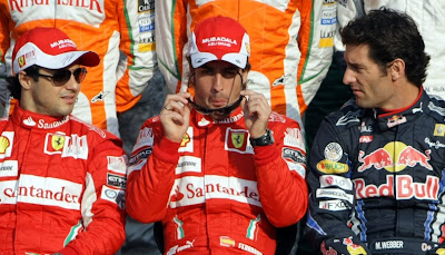 Фернандо Алонсо одевает очки между Фелипе Массой и Марком Уэббером на Гран-при Абу-Даби 2010
