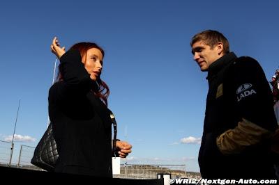 Виталий Петров разговаривает с Марией Моргун после первого дня тестов