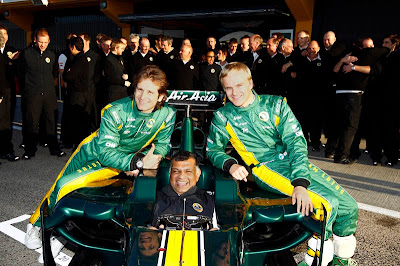 Тони Фернандес в кокпите Lotus на предсезонных тестах 2011 в Валенсии