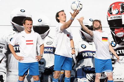 Кристиан Клиен Роберт Кубица с футбольным мячом и Ник Хайдфельд на Гран-при Турции 2008