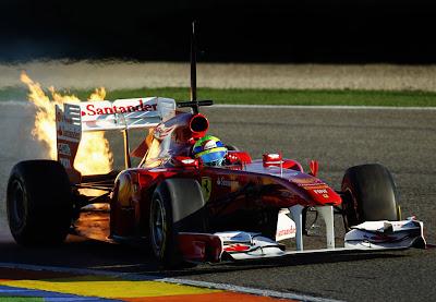 Фелипе Масса на горящем болиде Ferrari на трассе в Рикардо Тормо