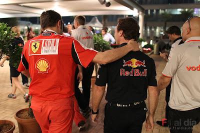 Стефано Доменикали обнимает Кристиана Хорнера на Гран-при Абу-Даби 2010