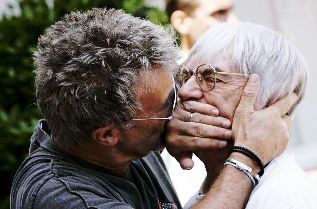 Эдди Джордан целует Берни Экклстоуна через руку