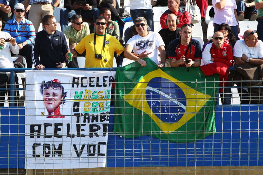 болельщики Фелипе Массы на тестах в Хересе 2011