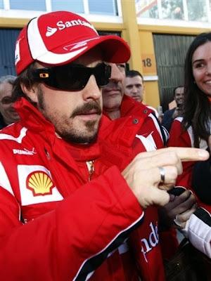 Фернандо Алонсо указывает на что-то пальцем на тестах в Валенсии 2011