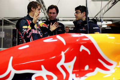 Себастьян Феттель показывает Кристиану Хорнеру большой размер на тестах в Хересе 2011