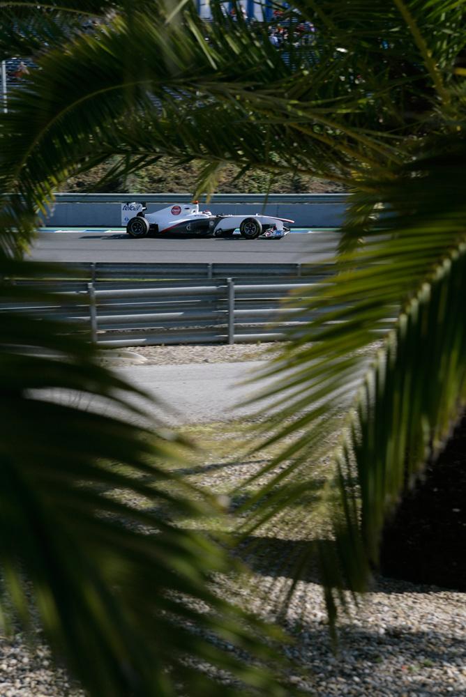 Камуи Кобаяши среди пальм в болиде Sauber на предсезонных тестах 2011 в Хересе