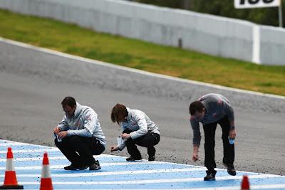 механики McLaren собирают образцы резины на предсезонных тестах 2011 в Хересе