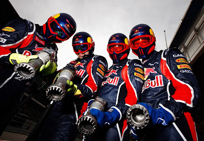 четыре механика Red Bull с гайковертами на тестах в Барселоне 2011