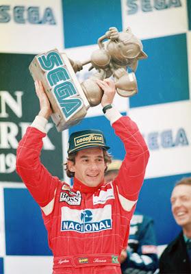 Айртон Сенна с победным трофеем в виде Sonicа на подиуме Гран-при Европы 1993