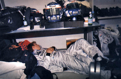 Кими Райкконен спит в боксах McLaren