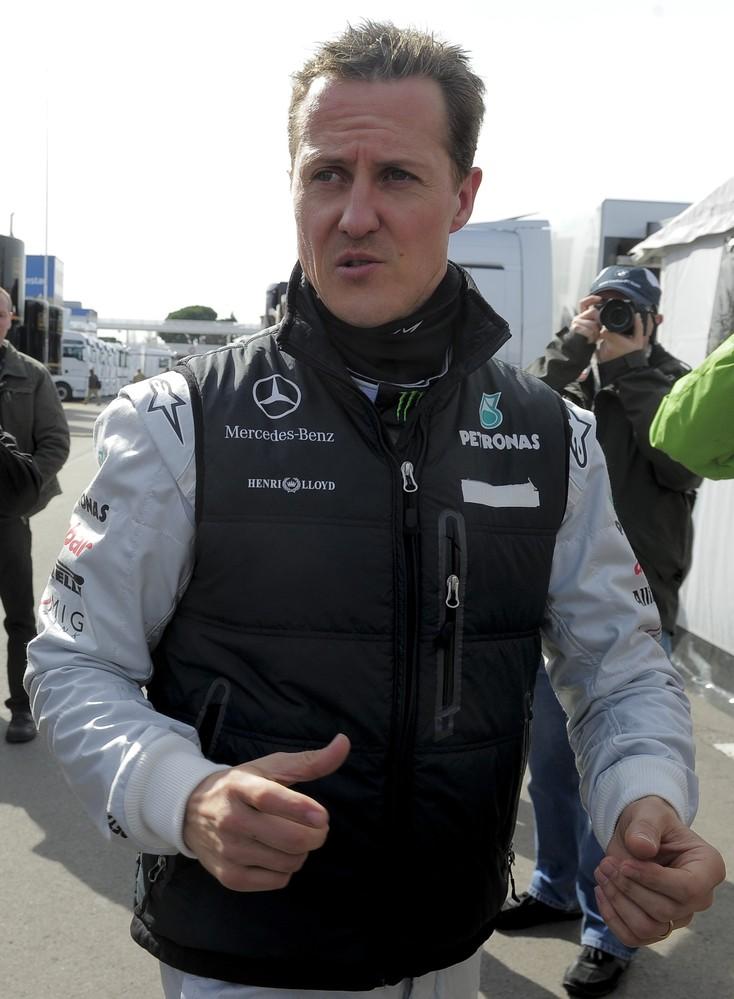 Михаэль Шумахер идет по паддоку на предсезонных тестах 2011 в Барселоне