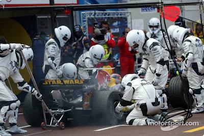 механики Red Bull в костюмах Звездных Войн обслуживают болид Витантонио Льюцци на Гран-при Монако 2005