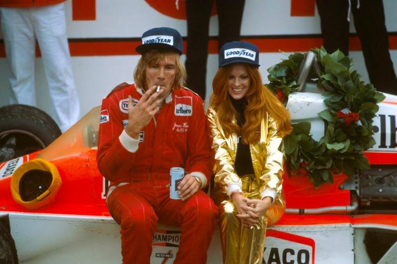 Джеймс Хант после победы на Гран-при США 1977 с сигаретой пивом и девчонкой