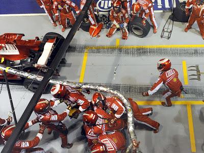 Фелипе Масса уезжает с заправочным шлангом от механиков Ferrari на Гран-при Сингапура 2008