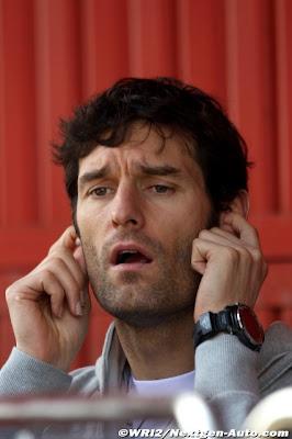 Марк Уэббер с заткнутыми ушами и открытым ртом на предсезонных тестах 2011 в Барселоне