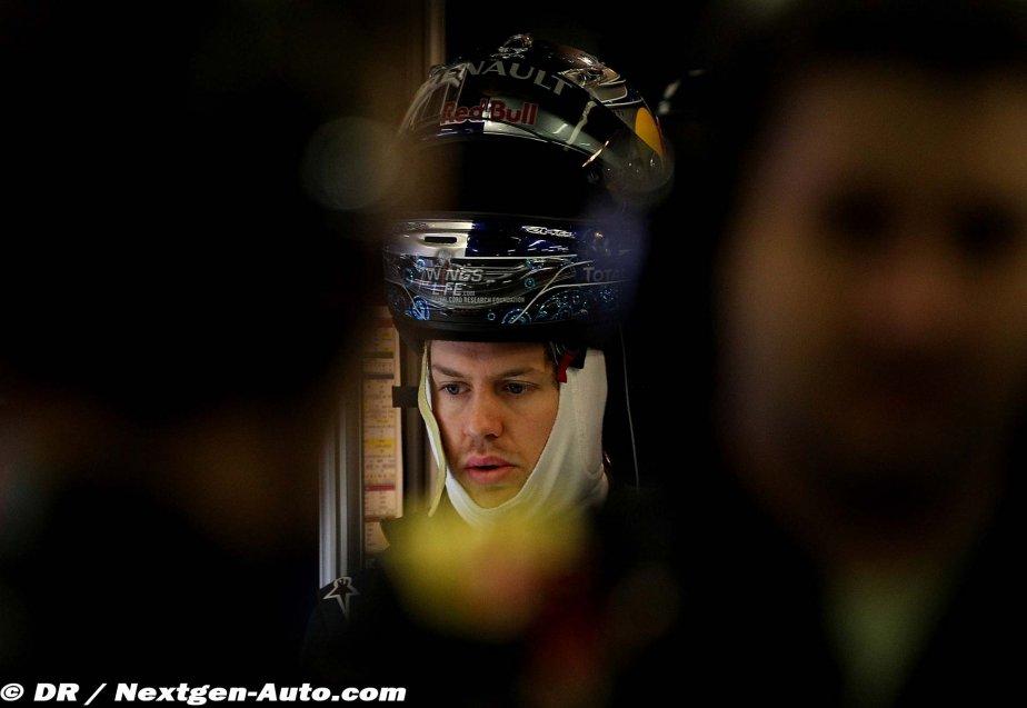 Себастьян Феттель со шлемом на голове на предсезонных тестах 2011 в Барселоне
