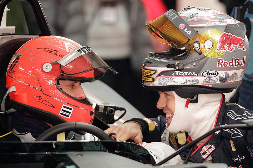 Себастьян Феттель подошел перед стартом к Михаэлю Шумахеру на Гонке чемпионов 2010