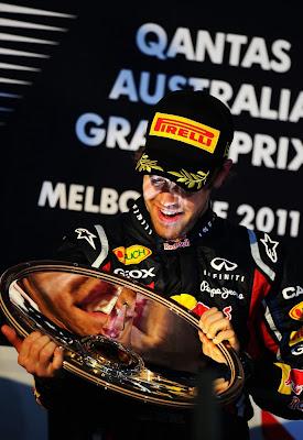 Себастьян Феттель с трофеем победителя на подиуме Гран-при Австралии 2011