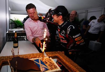 Себастьян Феттель намазывает Дэвида Култхарда тортом в честь его сорокалетия на Гран-при Австралии 2011