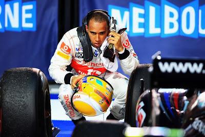 Льюис Хэмилтон исследует Red Bull после финиша гонки Гран-при Австралии 2011