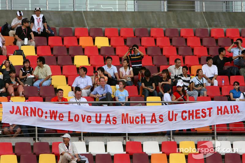 послание Ярно Трулли от болельщиков на трибуне Шанхая 2007