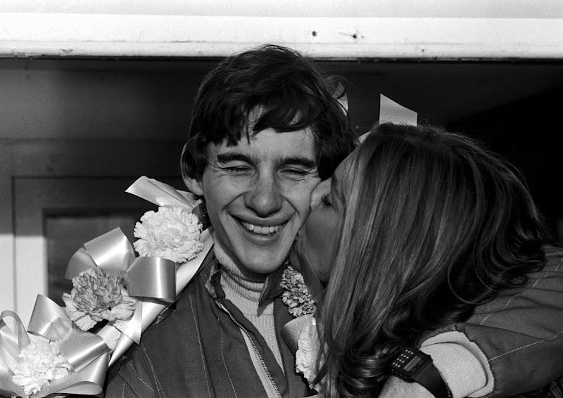Айртон Сенна принимает поцелуй от жены Лилиан Васконселос после победы в Брэндс-Хэтче в гонке Formula Ford 1600 1981 год