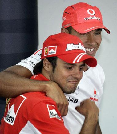 Фелипе Масса держит кулак Льюису Хэмилтону на Гран-при Бахрейна 2007 вид сбоку