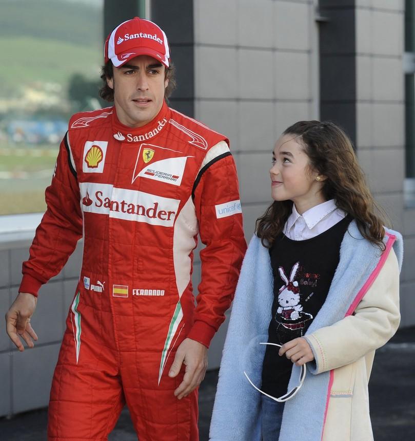 Фернандо Алонсо с девочкой на картинговых заездах в La Morgal 19 марта 2011