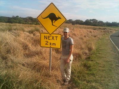 Хайме Альгерсуари около дорожного знака кенгуру