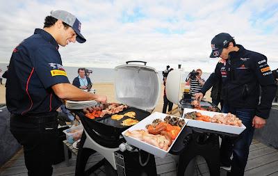 Даниэль Риккардо и Марк Уэббер готовят барбекю на пляже