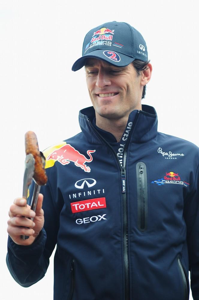 Марк Уэббер с сосиской в руках на Гран-при Австралии 2011