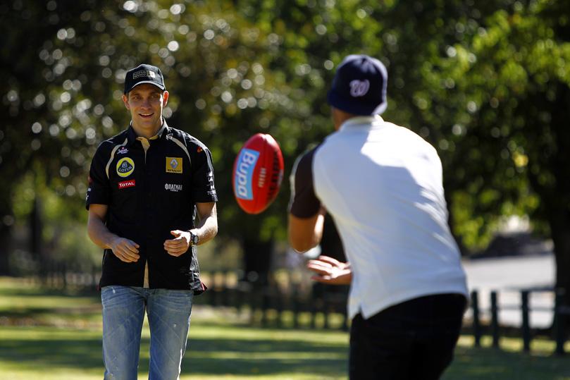 Виталий Петров берет уроки австралийского футбола на Гран-при Австралии 2011