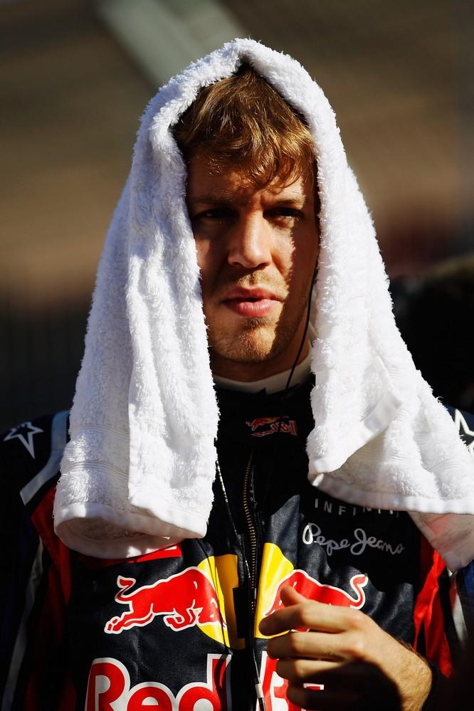 Себастьян Феттель с полотенцем на голове на Гран-при Австралии 2011