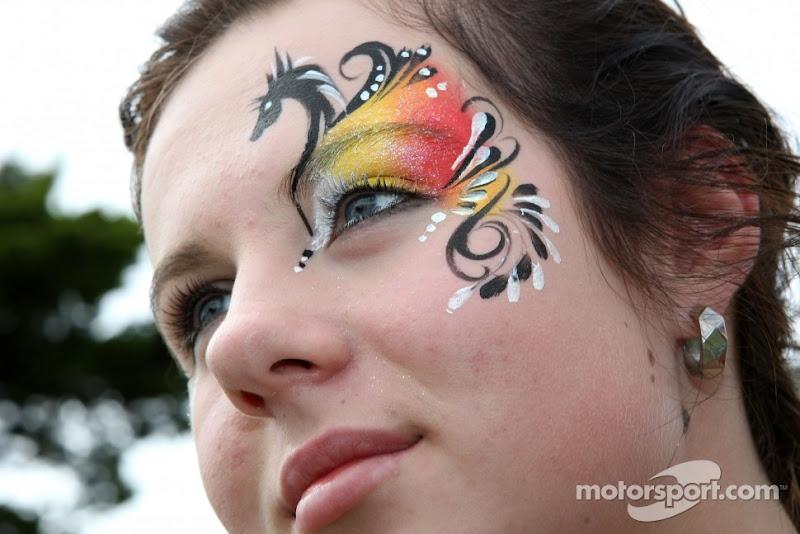 девушка с символикой Ferrari на лице на Гран-при Австралии 2011